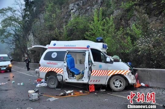 贵毕高速救护车与货车相撞致3死4伤