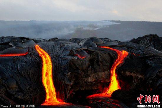 摄影师冒险近距离拍摄岩浆入海震撼画面