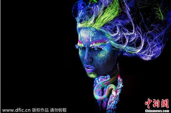 女子脸上和身上涂抹荧光颜料