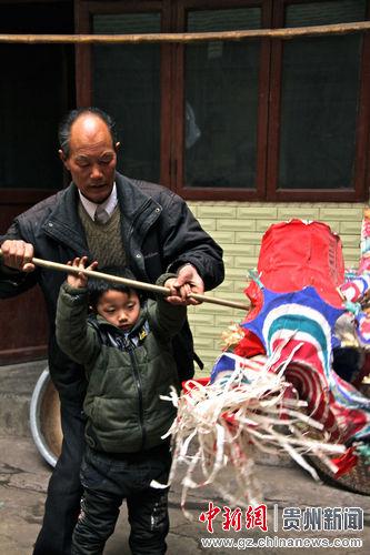 """耳濡目染,老先生的孙子也爱上了""""龙"""",他也就顺势利导地培养起第三代接班人来"""