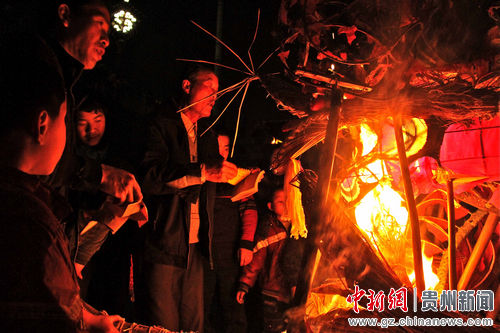 """农历正月十五是""""亮龙""""的""""升日"""":""""亮龙""""都要来到县城中间的舞阳河河床上,祭祀""""化龙""""——将""""亮龙""""点火烧掉,使之""""升天"""",来年的正月初九才能获得""""重生."""