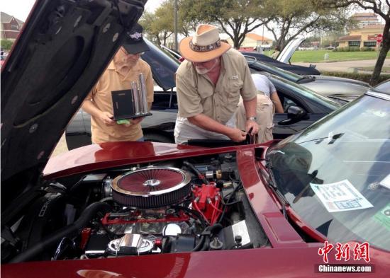 当地时间3月22日,美国休斯敦老式经典Chevelle车展上,车主正在向参观者介绍自己珍藏的爱车。中新社发 王欢 摄