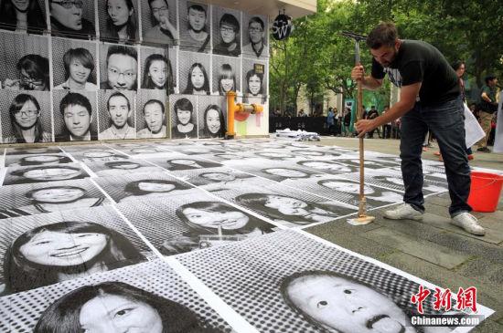5月14日,各种表情巨幅肖像在上海新天地集结展示,成为街头时尚和风景,吸引众人观赏和排队免费体验。该独特的乐光艺影艺术活动,由法国艺术家JR首次带到上海,以黑白人物肖像照为媒介,展示上海城市的万像人间。潘索菲 摄