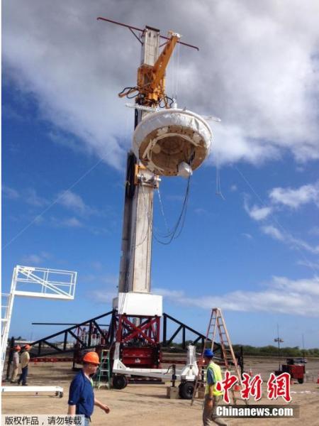 """当地时间6月3日,美国航空航天局(NASA)发布低密度超音速减速器的试载工具图片。想要在火星上进行比目前美国""""好奇号""""探测器更多的任务甚至实现载人登陆,一款得力的航空器必不可少。为此,美国宇航局NASA喷气推进实验室研发了一款外观看似飞碟的低密度超音速减速装置LDSD。这款装置原定于6月3日在夏威夷考艾岛的导弹试验场进行首次测试,不过由于天气原因延后进行。"""