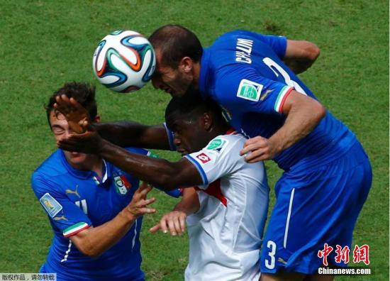 6月20日,巴西世界杯小组赛,意大利对阵哥斯达黎加,两队球员拼抢中。
