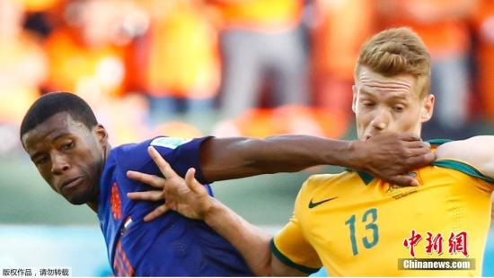 6月18日,巴西世界杯小组赛,荷兰对阵澳大利亚,两队球员拼抢中。