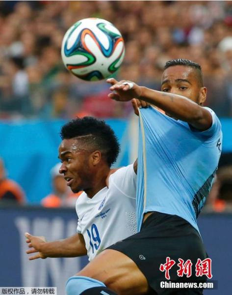 6月19日,巴西世界杯小组赛,乌拉圭对阵英格兰,两队球员拼抢中。