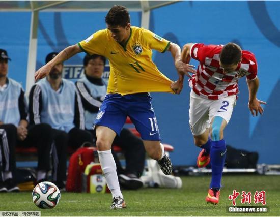 6月12日,巴西世界杯小组赛,巴西对阵克罗地亚,两队球员拼抢中。