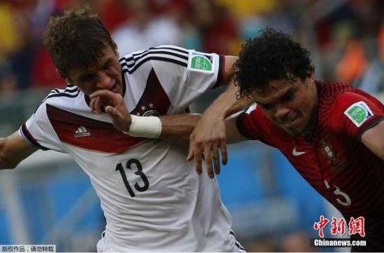 6月16日,巴西世界杯小组赛,德国对阵葡萄牙,两队球员拼抢中。