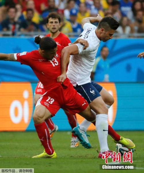 6月20日,巴西世界杯小组赛,瑞士对阵法国,两队球员拼抢中。
