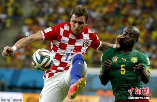 6月18日,巴西世界杯小组赛,克罗地亚对阵喀麦隆,两队球员拼抢中。