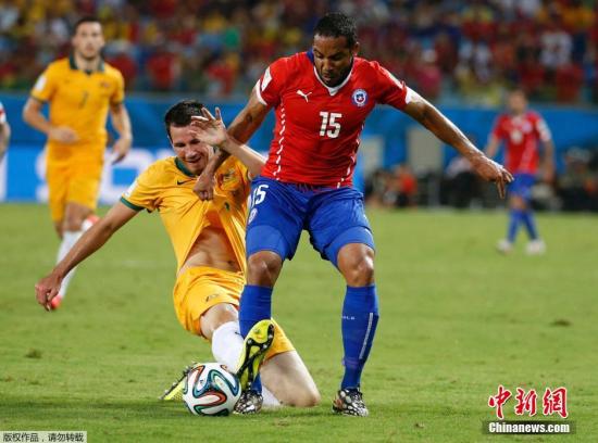 6月13日,巴西世界杯小组赛,智利对阵澳大利亚,两队球员拼抢中。