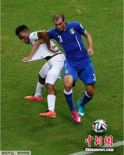 6月14日,巴西世界杯小组赛,英格兰对阵意大利,两队球员拼抢中。