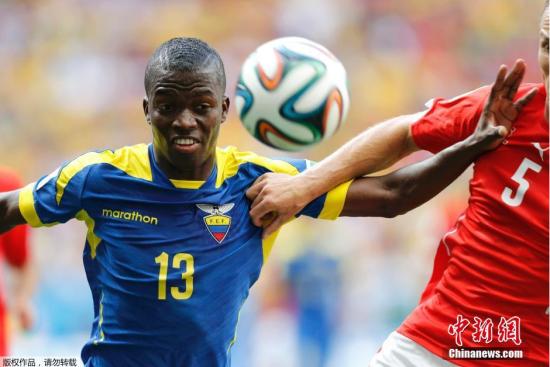 6月15日,巴西世界杯小组赛,厄瓜多尔对阵瑞士,两队球员拼抢中。