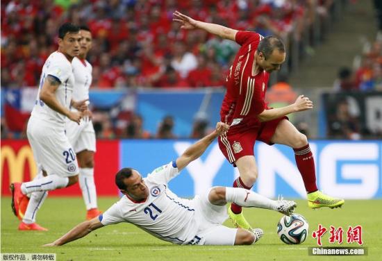 6月18日,巴西世界杯小组赛,西班牙对阵智利,两队球员拼抢中。