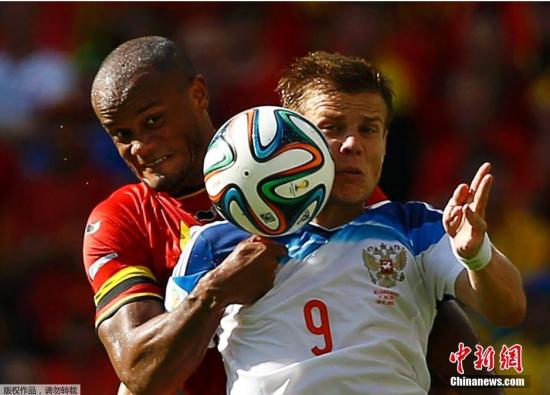 6月22日,巴西世界杯小组赛,比利时对阵俄罗斯,两队球员拼抢中。