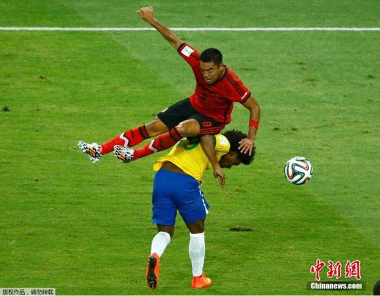 6月17日,巴西世界杯小组赛,巴西对阵墨西哥,两队球员拼抢中。