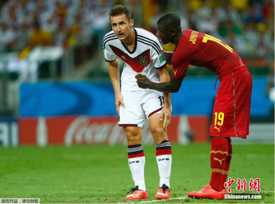 6月21日,巴西世界杯小组赛,德国对阵加纳,两队球员拼抢中。