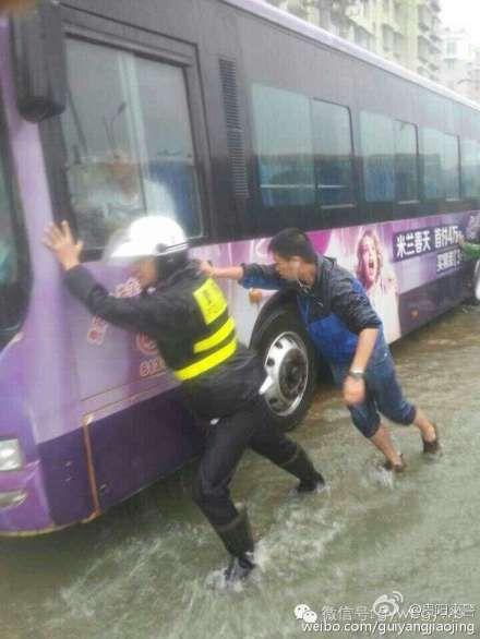 @自你走后心憔悴ASDFGHJKL:辛苦了警察叔叔们.-贵阳交警冒雨