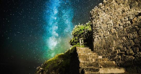 怀特岛上奥查德湾的台阶。鲍威尔利用废弃港湾和主题公园做前景来表现星空。来源:中国网