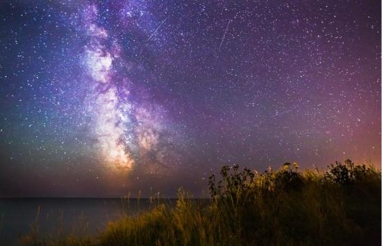 怀特岛海岸的夜空。鲍威尔的照片大多采用原始图像格式而非经压缩后的格式。来源:中国网
