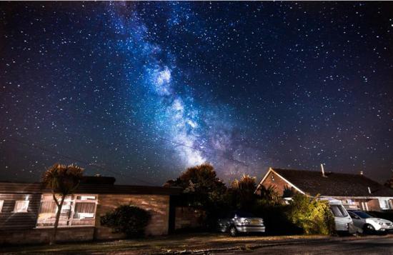 该图摄于鲍威尔住所的门廊外,表现的是2014年6月4日的星空。来源:中国网