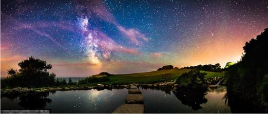 这幅全景图为银河系在如镜子般清澈的水面上的倒影。来源:中国网