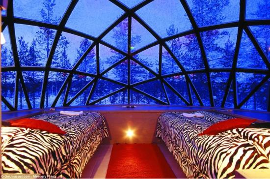 据英国《每日邮报》2014年8月20日报道,芬兰萨利色尔卡,当你去看北极光时,最重要的就是要找到最佳的观赏地点。而这个位于芬兰的豪华雪屋酒店就为顾客提供了一睹壮丽北极光的最佳方式。