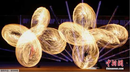 当地时间2014年8月22日,白俄罗斯Ratomka,国际烟花节期间,艺术家进行精湛表演。