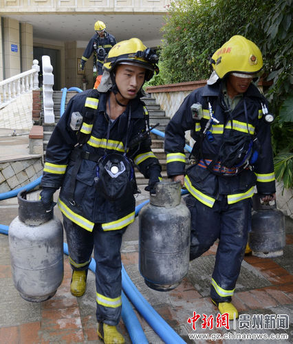 消防官兵从火场救出液化气罐