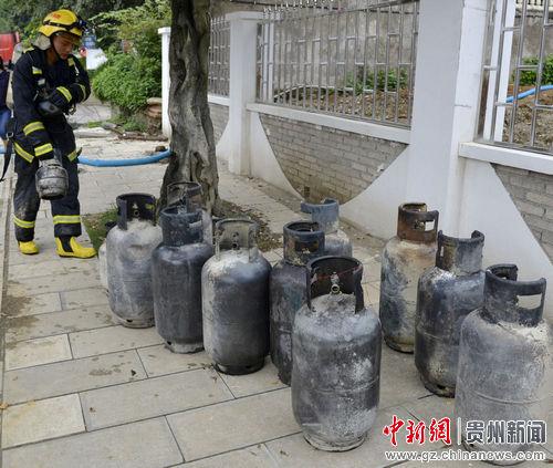 消防官兵救出的15个液化气罐