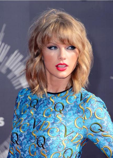据英国《每日邮报》当地时间2014年8月24日报道,美国洛杉矶,2014MTV音乐大奖颁奖礼举行,众女星红毯争艳,图为泰勒斯威夫特。(网页截图)