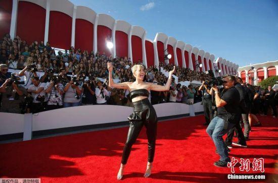 当地时间2014年8月24日,美国洛杉矶,2014MTV音乐大奖颁奖礼举行,众女星红毯争艳。图为麦莉。
