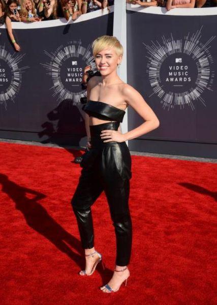 据英国《每日邮报》当地时间2014年8月24日报道,美国洛杉矶,2014MTV音乐大奖颁奖礼举行,众女星红毯争艳,图为麦莉。(网页截图)