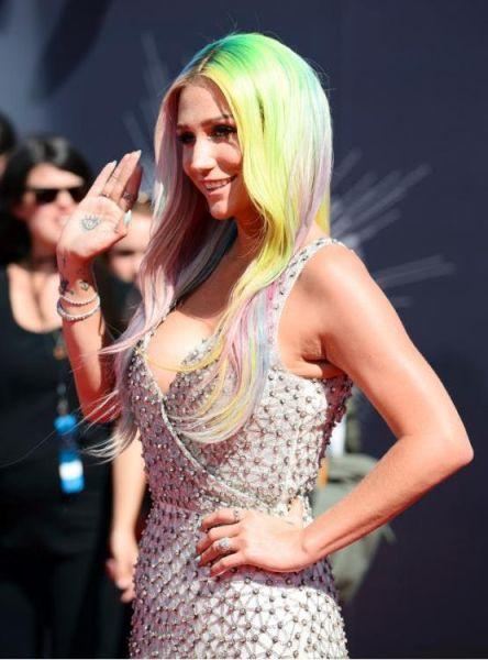 据英国《每日邮报》当地时间2014年8月24日报道,美国洛杉矶,2014MTV音乐大奖颁奖礼举行,众女星红毯争艳,图为卡莎。(网页截图)