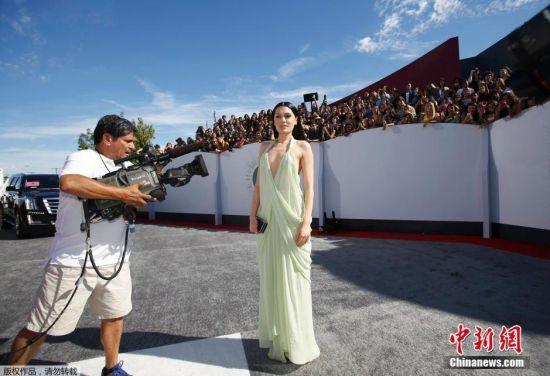 当地时间2014年8月24日,美国洛杉矶,2014MTV音乐大奖颁奖礼举行,众女星红毯争艳。图为婕西。