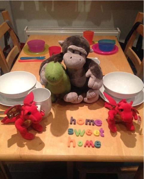 据《每日邮报》2014年9月2日报道,英国一男子每天早晨为自己新收养的孩子准备不同主题的早餐,为孩子打造起床惊喜。(网页截图)