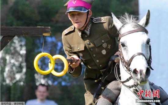 """当地时间9月7日,波兰华沙,波兰骑兵在""""骑兵日""""进行表演,现场诠释了骑兵的大无畏精神。"""