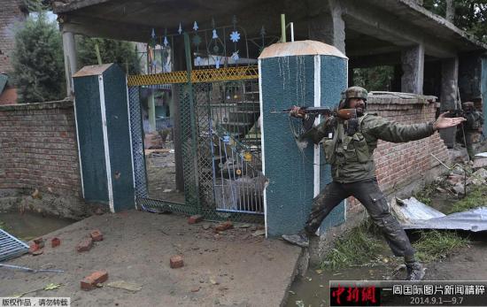 9月2日,印控克什米尔斯利那加,一名印军士兵在与疑似叛军的交火中向他的同伴呼喊,要求得到一个子弹夹。印度政府军在当地发生的交火中打死了三名疑似叛军士兵。