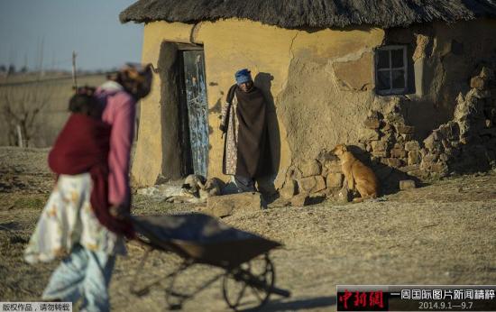 9月2日,莱索托首都马塞卢附近村庄,村民在清晨的阳光中忙碌。莱索托联合政府各方1日晚在南部非洲发展共同体(南共体)干预下达成和解,承诺和平解决政治危机。莱索托军方8月30日采取军事行动,控制位于马塞卢的警察总部并包围首相官邸,首相塔巴内出走南非。
