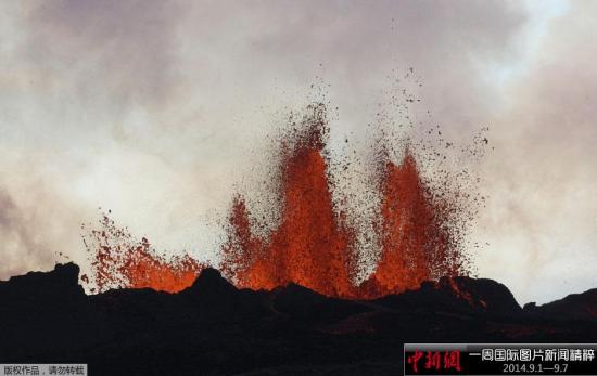 近日,冰岛巴达本加火山剧烈喷发,喷出的岩浆升至30米空中。冰岛气象部门已将航空火山灰警报调至橙色。