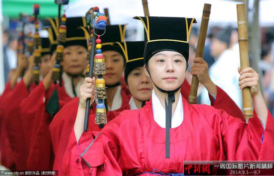 9月3日,韩国首尔,成均馆内,民众穿着传统服饰跳舞迎接中秋。