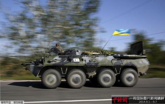 9月3日,乌克兰斯拉维扬斯克,乌克兰政府军装甲车在街道行驶。
