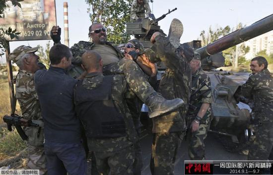 9月5日,乌克兰马里乌波尔,乌克兰军人将战友抬起,庆祝其活着从战场回来。