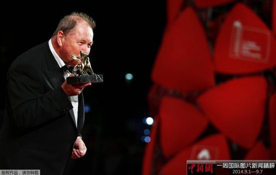 北京时间9月7日凌晨,第71届威尼斯电影节闭幕。罗伊·安德森执导的《寒枝雀静》获最佳影片,电影《饥饿的心》摘得最佳男、女主角奖,最佳导演奖则颁给《邮差的白夜》导演安德烈·康查洛夫斯基。