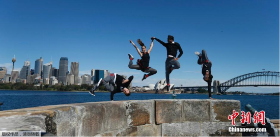 当地时间9月9日,红牛飞行巴赫舞蹈团的成员在悉尼港的丹尼森堡进行杂技舞蹈表演,舞蹈的配乐是古典音乐和电子音乐相结合,该舞蹈团正在进行世界巡回演出,悉尼是他们巡演的其中一站。