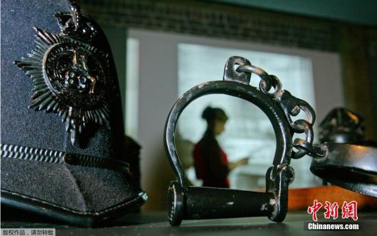 """2008年,伦敦的一家博物馆举办的关于""""开膛手杰克""""的展览,展览上展出了当年追捕凶手时,警察的装备。"""