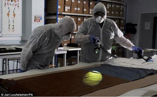 2014年9月,国际DNA专家在对披肩进行DNA检测。(网页截图)