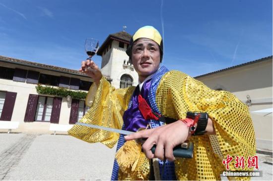 当地时间9月14日,2014年法国梅多克马拉松赛:选手身着奇装异服驰骋赛道。图片来源:Osports全体育图片社
