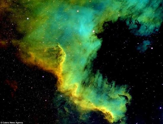 据英国《每日邮报》2014年9月22日报道,天文爱好者Dennis Roscoe博士在他自己的天文观测台拍下了这些离地球数千光年之外的令人惊艳星云。他的望远镜可以观测到位于深空的星云,这些星云可能是恒星爆炸后的产物,但它们也同样可以形成恒星。 (网页截图)